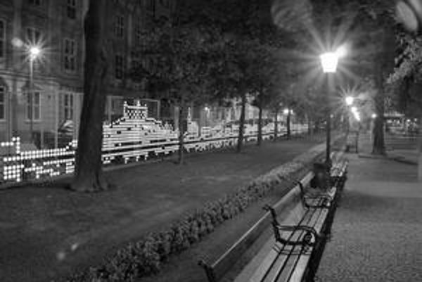 Množstvo fosforeskujúcich terčíkov oživí nudný plot v centre Bratislavy