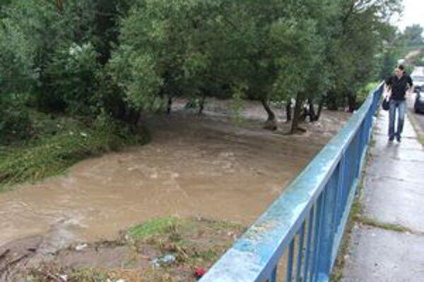 V Lutile voda strhla dva mosty a poškodila oceľovú lávku.