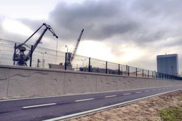 Na Prístavnej ulici má múrik dĺžku 800 metrov. Pozdĺž neho vedie cyklotrasa. Výška múra je 1,3 metra, v prípade potreby sa naň ešte dajú pripevniť mobilné zábrany.