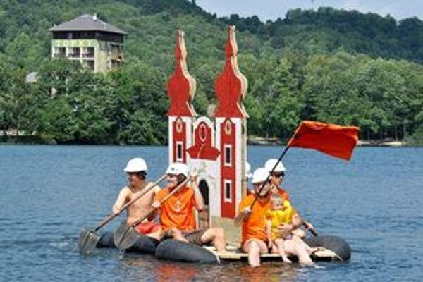 Minulý rok sa súťaže zúčastnila aj posádka s plavidlom v tvare jedného z kostolov banskoštiavnickej kalvárie.