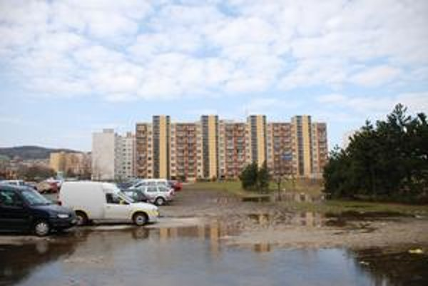 V lokalite ulice Pri kríži na konci Dúbravky sa majú začať stavať nájomné byty. Spolu ich tu pribudne 52, pričom polovicu má mať v správe mesto.