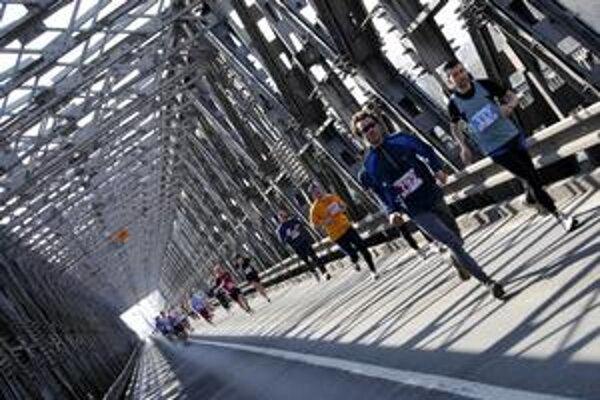 Trať minuloročného maratónu viedla aj cez Starý most.