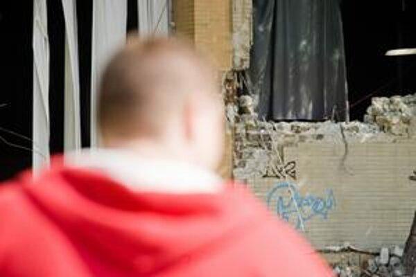 Z estrádnej haly bagre vybúrali okná a dvere, v stene sú štyri diery.