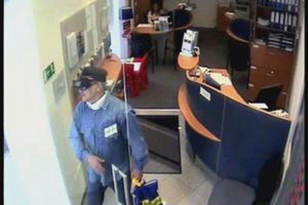 Popisy páchateľa troch prepa〜dov sa zhodujú. Muža zachytila bezpečnostná kamera.