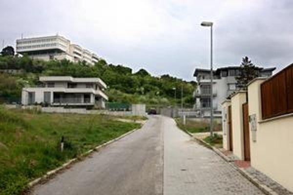 Dve  Údolné ulice sú neďaleko hotela Bôrik, v ktorom bývajú štátne návštevy. Tá pod hotelom (na snímke) vo väčšine máp ešte nie je. Uzávery a nové ulice oznamuje magistrát na obvodný úrad, odtiaľ ich dostanú koordinačné strediská záchranárov.