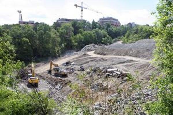 Vŕšok, kde kedysi stál amfiteáter, je už dnes vyčisteným stavebným pozemkom. Podľa územného plánu zóny sa tu stavať byty ani domy nemôžu, povoľuje sa len občianska vybavenosť.