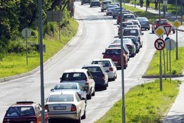 Pravidelná dopravná zápcha cestou z Dlhých dielov.