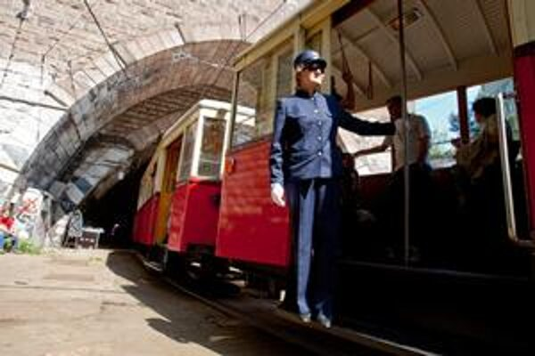 Tunel vznikol vo vojnových rokoch. Dnes krátko pred uzavretím ním jazdili historické električky.