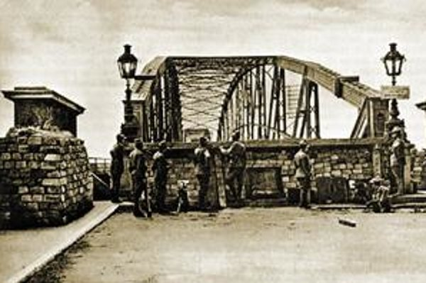 Máj 1919 - československí legionári z Talianska obsadili bratislavský most.