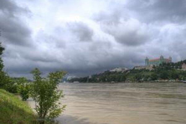 V centre sa ešte protipovodňový múrik stavia, Dunaj na jeho dokončenie nečaká. Ak bude treba, vodohospodári tu narýchlo môžu spraviť zemný val. Včera popoludní sa hladina rieky vyšplhala 180 centimetrov pod budúci múrik.