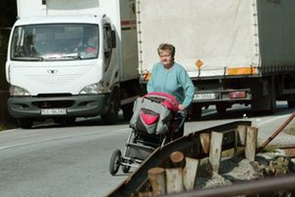 Úzka cesta je nebezpečná najmä pre chodcov.