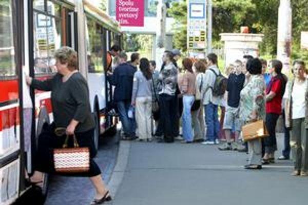 Cez prázdniny jazdia autobusy menej často, cestujúci sa v špičke viac tlačia. Klimatizácia bude až v nových autobusoch.