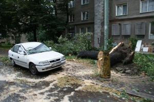 NaTrenčianskej ulici v Ružinove zničil padnutý strom parkujúce auto. Hasiči odstraňovali vyvalené stromy tento víkend až 24-krát.