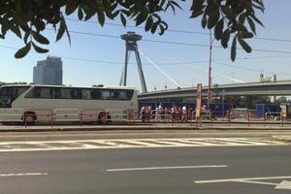 Zastávka pre turistické autobusy na nábreží zostáva. Mesto sa ju pokúsilo zrušiť, príčinou je výstavba protipovodňovej hrádze, pre ktorú sa v okolí komplikuje dopravná situácia.