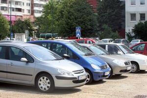 Miesta pre autá chce Petržalka získať v jednosmerkách, na bývalých ihriskách aj v súkromných garážach.