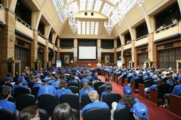 Detská univerzita sa začína imatrikuláciou v Aule Univerzity Komenského. Tu sa aj slávnostne končí promóciou. Deti dostanú diplomy.
