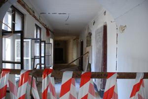 Stará radnica je už vyše roka neprístupná. Prebieha v nej kompletná rekonštrukcia vrátane statického zabezpečenia. Pre ľudí by sa mala sprístupniť budúce leto.