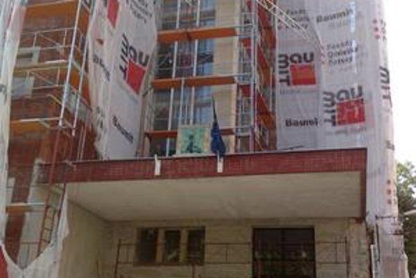 Základná škola M. Hodžu na Škarniclovej má konečne nové okná, upravuje sa aj fasáda.