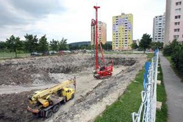 Stavba bytového domu Karpatia pokračuje podľa plánu. Ľudia sa sťažujú, že  dom má vyrásť  necelých pätnásť metrov od ich paneláku.