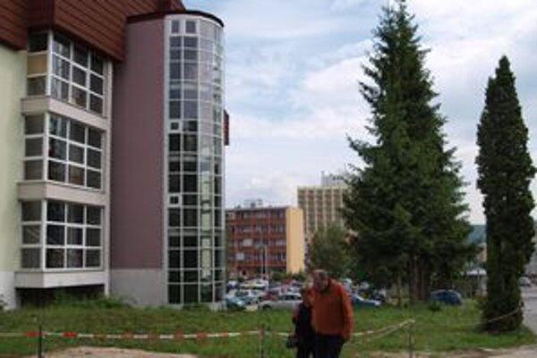 Pavilón B žiarskej nemocnice. Stavebný ruch tu začne najskôr o tri roky.
