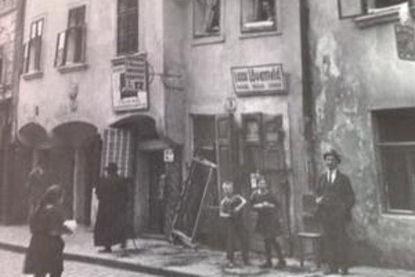 Židovská ulica s obchodíkmi.