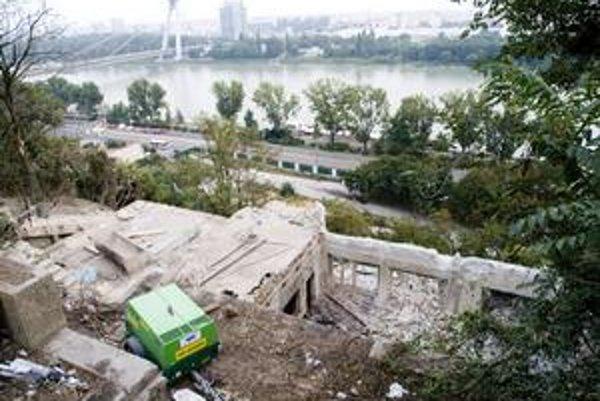 Tabuľa pri zbúranisku hovorí, že práce by mali trvať do 7. októbra.