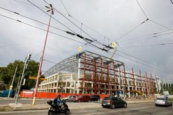 Prestavba zimného štadióna má byť hotová do majstrovstiev sveta v hokeji v roku 2011. Mestskí poslanci sa pýtajú, koľko prispeje mesto. Nejasné sú vraj náklady na chodníky, cesty či vybavenie štadióna.