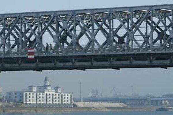 Most je v havarijnom stave. V rámci rekonštrukcie sa na ňom má spojazdniť aj električka do Petržalky.