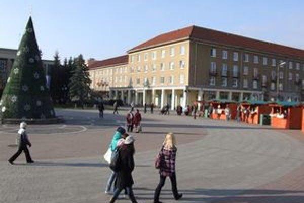 Mesto časť námestia, na ktorej má stáť polyfunkčné centrum, predá. Vo štvrtok o tom rozhodli žiarski poslanci.