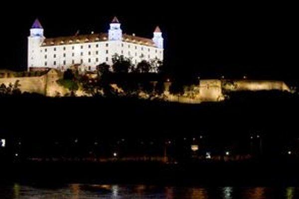 Hrad je osvetlený inými farbami ako hradby.