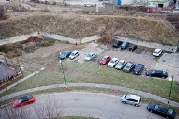 V Petržalke býva nejasné, čo je zeleň a čo parkovisko. Rôznia sa aj názory na parkovanie na bývalých ihriskách.