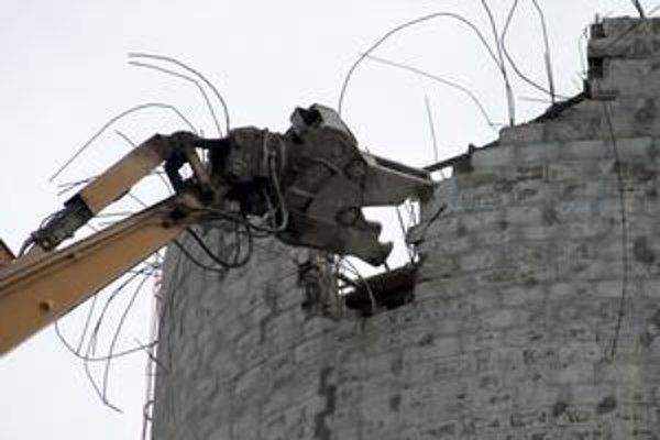 Posledných tridsať metrov komína rozoberú pomocou stroja formou zostrihania.