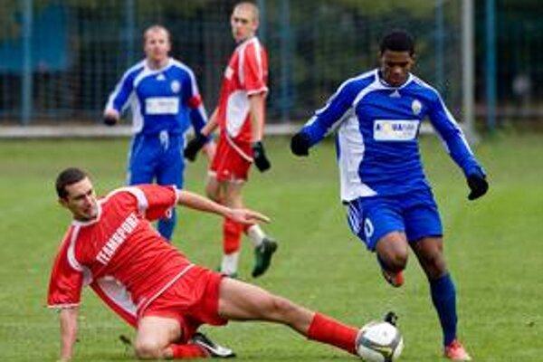 Mladý Brazílčan v drese Ružinova Carlos Ferreira, strelec dvoch gólov, uniká Andrejovi Paliatkovi v zápase 9. kola III. futbalovej ligy  FC Ružinov – Trnávka 3:1.