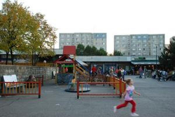 Malokarpatské námestie v Lamači má okolo tridsať rokov. Tunajší dom služieb je v havarijnom stave. Petičníci sa bránia výstavbe bytov na tomto verejnom priestore.