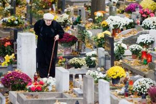 Často starší ľudia, ktorí zaplatili za hrobové miesto v čase zvýšenej ceny, nevedia ako peniaze získať späť. Píšu rôznym inštitúciám. Obracajú sa na mestských poslancov. Tí mlčia.