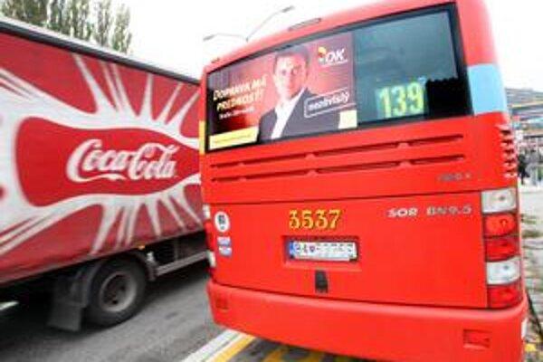 Novinárov na brífingu vozil autobus s predvolebným pútačom. Linka 139 jazdí v polhodinových intervaloch.