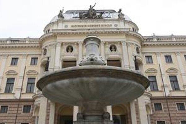 Ganymedova fontána pred historickou budovou národného divadla je bez sôch aj bez krytov. Plastiky  reštaurujú. Kópie Tilgnerových sôch sem majú vrátiť na jar.