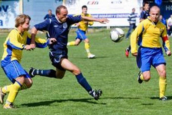 Jesennú časť III. futbalovej ligy výborne zvládli hráči nováčika z Kráľovej pri Senci (v modrom), ktorí skončili na štvrtom mieste. Zo zápasu FC Ružinov – Kráľová pri Senci 3:3.