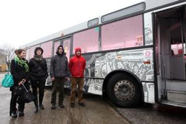Dve študentky bratislavskej Vysokej školy výtvarných umení  Veronika Hliničanová a Andrea Šrbová a budapeštianski študenti Richárd Orosz a Tamás Füredi pred pretvoreným autobusom.