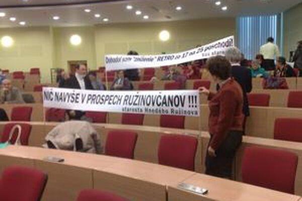 Na miestnom úrade sa Ružinovčania pýtali starostu, prečo súhlasil so zvyšovaním komplexu Retro.