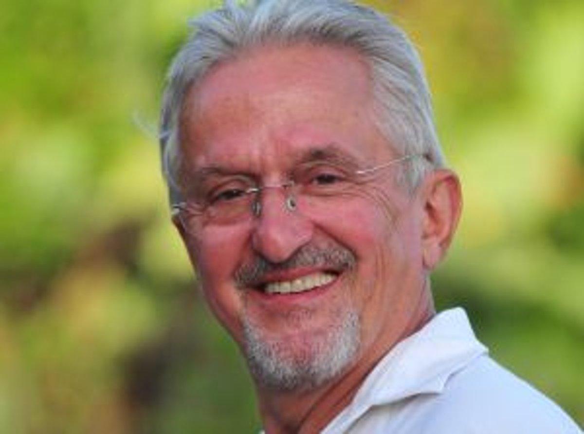 Narodil sa v roku 1944 v Zlíne. Vyštudoval Hotelovú akadémiu v Piešťanoch 4bed560f778