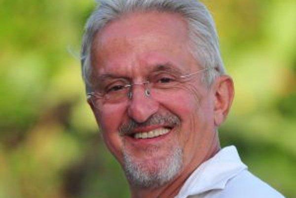 Narodil sa v roku 1944 v Zlíne. Vyštudoval Hotelovú akadémiu v Piešťanoch, v roku 1967 odišiel na prax do Nemecka, z ktorého sa už po auguste 1968 nevrátil. Začínal v západnom Berlíne ako čašník, kuchár, sluha u filmového producenta, neskôr sa presťahoval