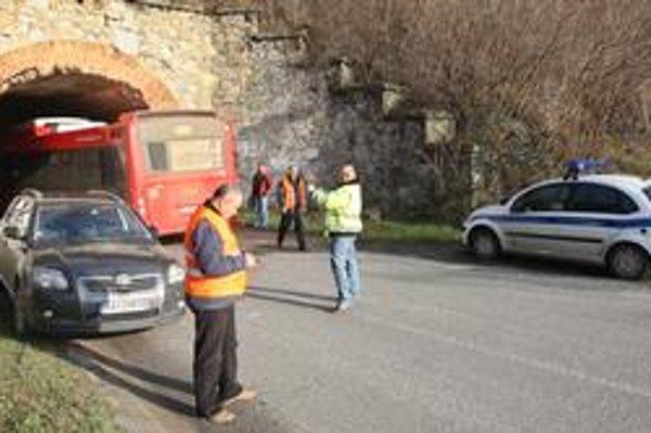 Dopravu zdržala  ráno aj zrážka auta a autobusu MHD číslo 20, ktorý premáva do Devínskej Novej Vsi. Hoci išlo len o drobnú nehodu, premávka na úseku bola uzavretá. Autá museli prejazd obchádzať, autobusy MHD aj so svojimi cestujúcimi čakali na sprejazdnen