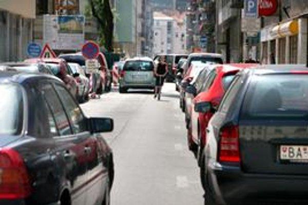 Parkovanie v centre závisí od súkromnej firmy, Starému Mestu podalo žalobu na zmluvu, ktorú s ňou má od roku 2006. Zmluva sa nepáči ani Protimonopolnému úradu.