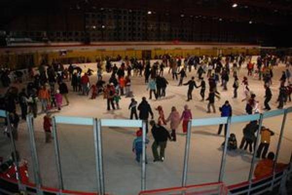 Ľad na Harmincovej býva cez zimný víkend poriadne vyťažený. Korčule sa tam dajú aj požičať.