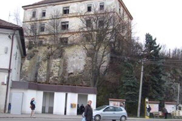 Kaštieľ v centre Žarnovice. Rozpadajúca sa historická budova nutne potrebuje rekonštrukciu.