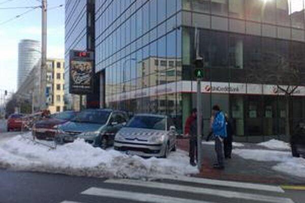 Autá parkujú pred budovou na Kollárovom námestí.  Garáž majú opraviť do pondelka.