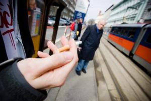 Fajčiari môžu priamo na zastávke zaplatiť policajtom 33 eur. Na každej zastávke má byť označenie zákazu.