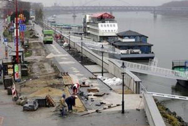 Na nábrežnej promenáde Dunaja - Rázusovom nábreží v centre Bratislavy v týchto dňoch vysádzajú mladé platany.