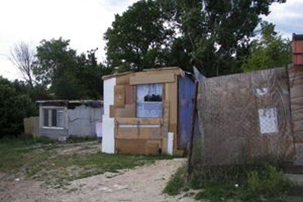 Ľudia žijú Pod Kortínou v šokujúcich podmienkach. Osadu tvoria desiatky chatrčí.